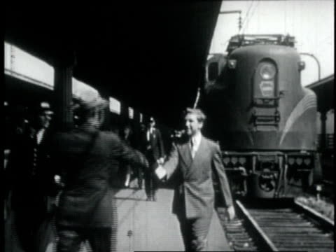 vídeos de stock e filmes b-roll de 1946 ws man meets his nephew at the train station and shakes his hand - estação de ferroviária