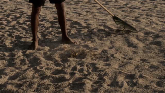 man 金属検出にビーチ - 宝探し点の映像素材/bロール