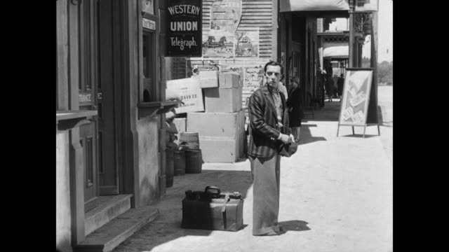 vidéos et rushes de 1928 a man (buster keaton) misses his chance to say goodbye to a woman (marion byron ) - 1928