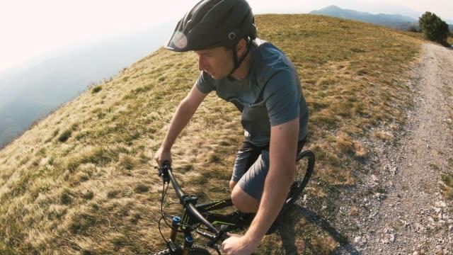 vídeos de stock e filmes b-roll de man mountain biker cycling on mountain trail - cavalgada de lazer