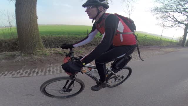 vídeos de stock, filmes e b-roll de a man mountain biking. - goodsportvideo