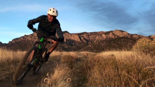 mann-mountainbiken - mountainbiking stock-videos und b-roll-filmmaterial