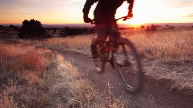 vídeos y material grabado en eventos de stock de bicicleta de montaña hombre - ciclismo de montaña