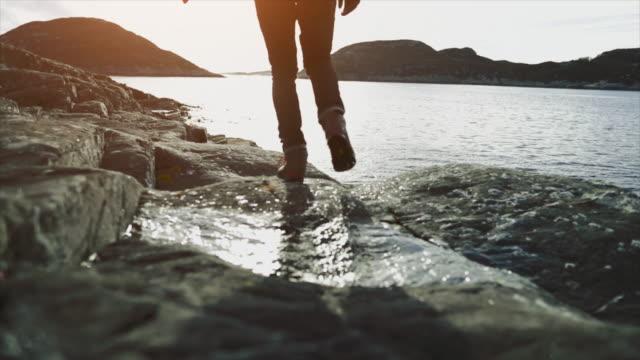 mensch-berg wandern von einem fjord in norwegen - stein stock-videos und b-roll-filmmaterial