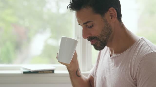 mann, umzug in ein neues haus - kaffee getränk stock-videos und b-roll-filmmaterial