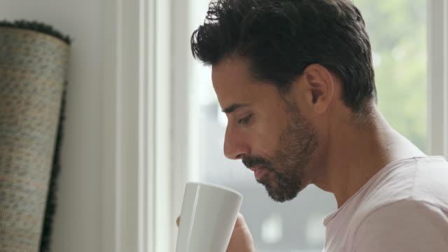vídeos de stock, filmes e b-roll de homem, movendo-se para uma nova casa - só um homem maduro