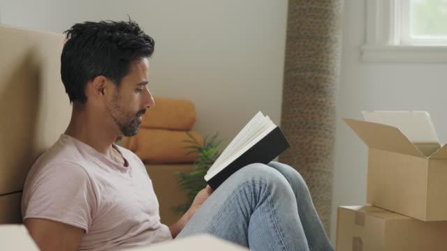 新しい家に移動 - 中年の男性だけ点の映像素材/bロール