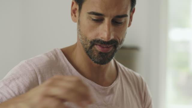 stockvideo's en b-roll-footage met man verhuizen naar een nieuw huis - karton