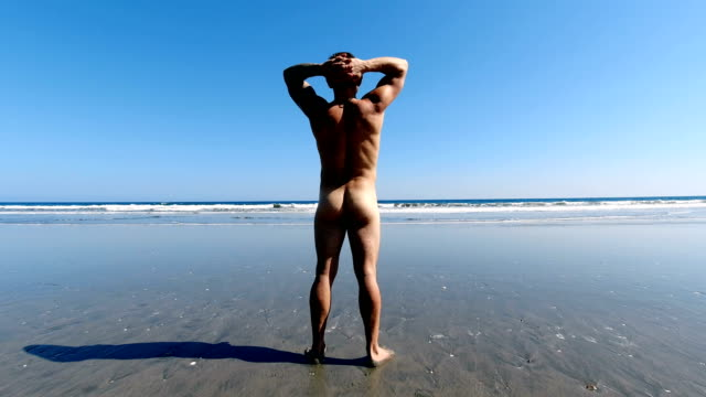vídeos de stock e filmes b-roll de man naked at the beach - homens pelados