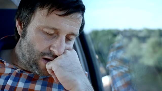 vídeos de stock, filmes e b-roll de hd: homem de repouso no trem - transporte público