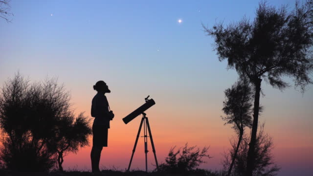 vídeos de stock e filmes b-roll de a man observing the night sky - astronomia
