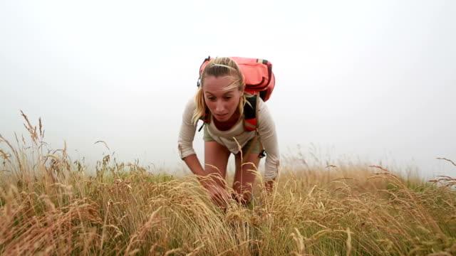 Uomo offrendo un aiuto alla scarpa da hiking femminile