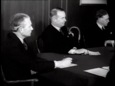 vidéos et rushes de man offscreen asks men sitting around table onscreen for approval on december 30 1935 / new york new york - 1935