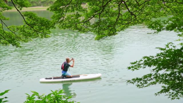 Man op een paddleboard in Japan