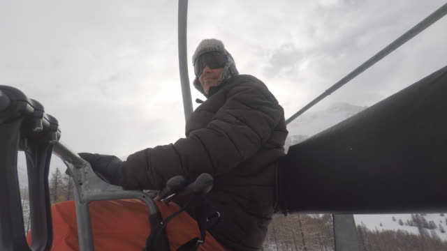 vídeos y material grabado en eventos de stock de man on a ski lift in the mountains winter - vacaciones en la nieve