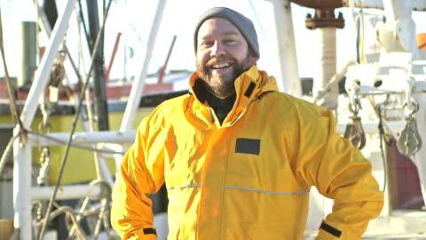 vídeos y material grabado en eventos de stock de hombre en la cubierta del barco de pesca comercial - barco pesquero