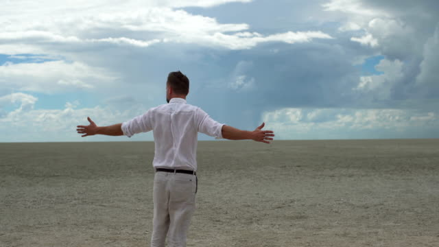 Mann auf Wüste.