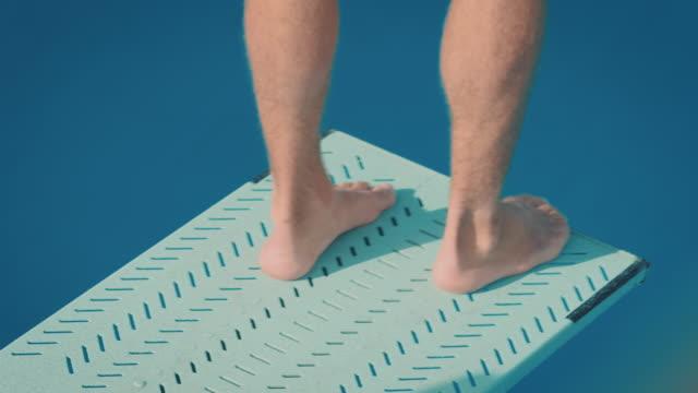 vídeos y material grabado en eventos de stock de hombre sobre trampolín - lanzarse al agua