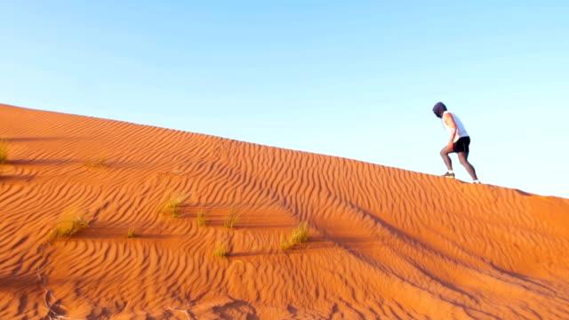 vídeos de stock e filmes b-roll de man on his knee in the desert - ajoelhar