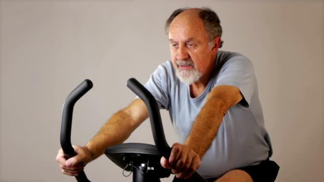 vidéos et rushes de homme sur hometrainer - vélo d'appartement