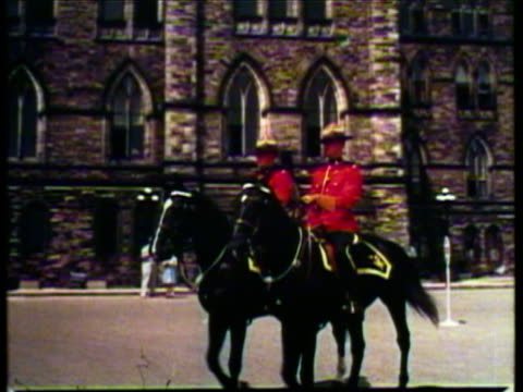 stockvideo's en b-roll-footage met 1953 ws pan man on horse drawn carriage trots in front of chateau laurier / ottawa, ontario, canada / audio - ontario canada