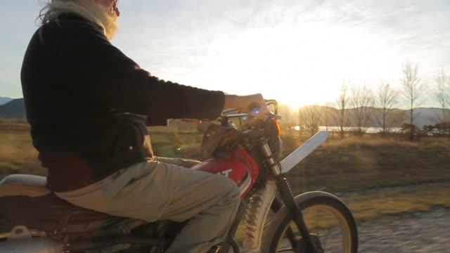 vídeos de stock e filmes b-roll de man on motorbike - idosos ativos