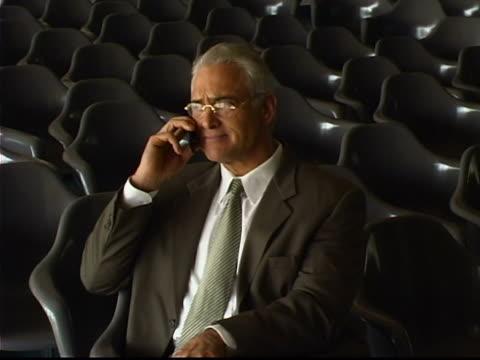 stockvideo's en b-roll-footage met man on phone - compleet pak