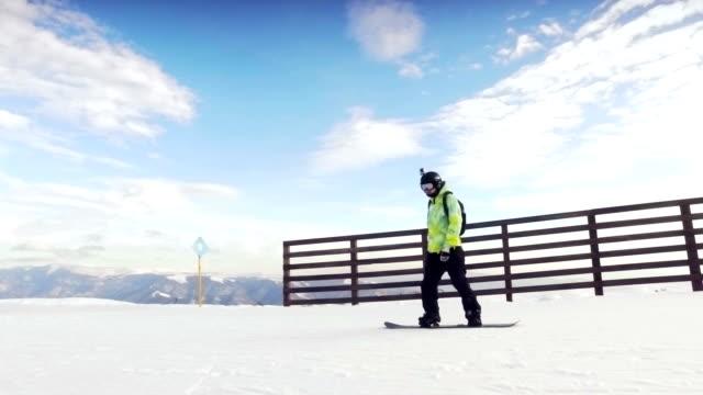 Mann auf Snowboard.