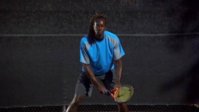vídeos de stock, filmes e b-roll de slo mo, ms, tu, td, man on tennis court, santa barbara, california, usa - tênis esporte de raquete