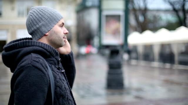 Uomo sul telefono al di fuori