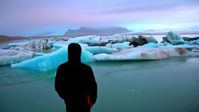 Mannen på stranden av glaciärlagunen lagunen