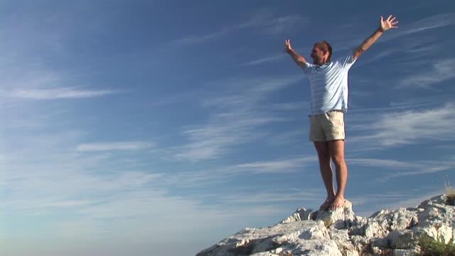vídeos de stock, filmes e b-roll de hd: homem no topo do mundo - membro humano