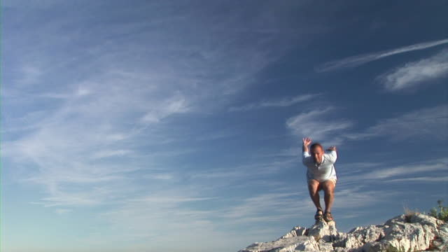 hd: mann on top of the world - hoch position stock-videos und b-roll-filmmaterial