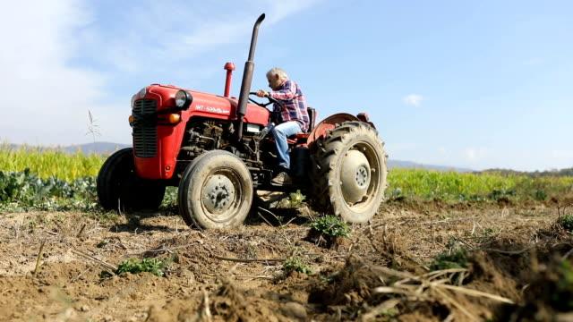 mann auf traktor im feld - pflügen stock-videos und b-roll-filmmaterial