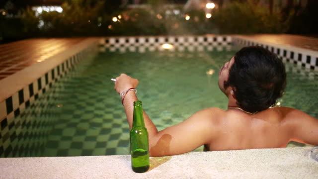vidéos et rushes de homme sur des vacances - eau dormante