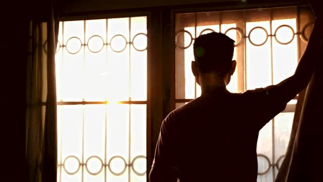 vídeos de stock, filmes e b-roll de homem abre cortina ver nascer do sol e beber café em câmera lenta - luz solar