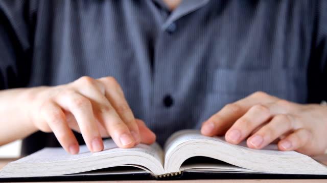 Mann öffnen und lesen Buch, nach dem Vorbild des Buches streichen