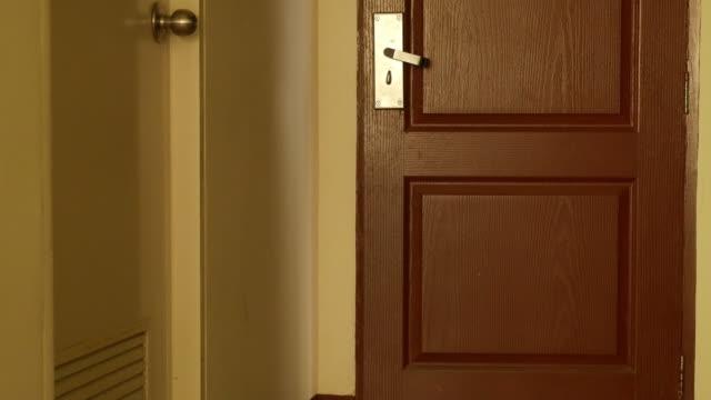 男性の玄関口であり、 - 建物入口点の映像素材/bロール