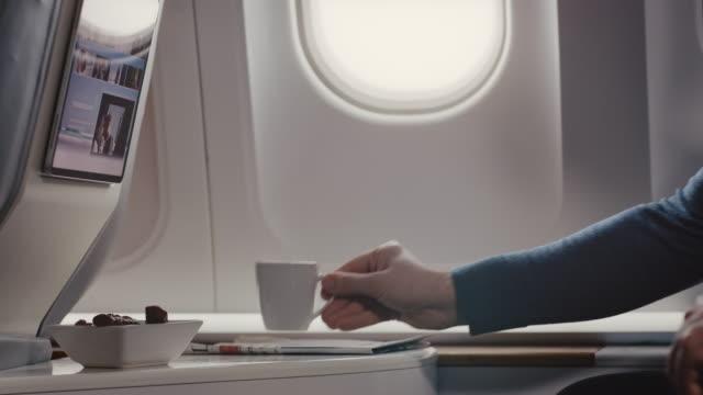 mann öffnet fenster des flugzeugs - flugpassagier stock-videos und b-roll-filmmaterial