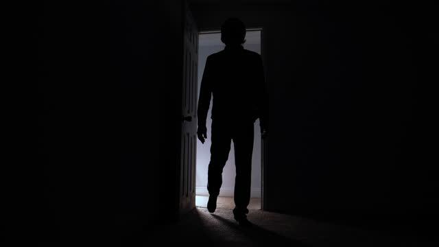 mann öffnet tür und betritt dunklen raum - silhouette - 40 seconds or greater stock-videos und b-roll-filmmaterial