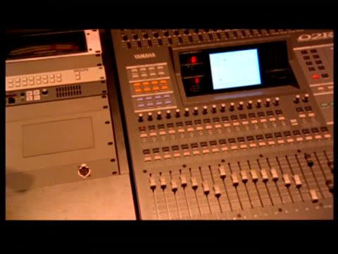 vidéos et rushes de cu, cs, man operating control panel - calvitie