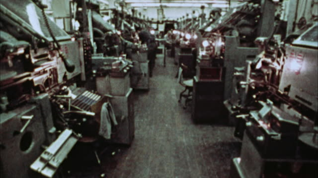 vídeos de stock e filmes b-roll de ms, composite, man operating linotype machines, 1970's, los angeles, california, usa - máquina de linótipo