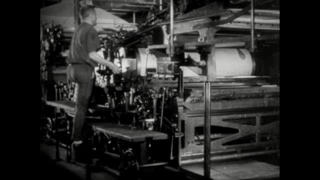 stockvideo's en b-roll-footage met ms man operating printing machinery in printing press / united states - drukker