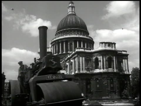 vidéos et rushes de la ws man operating steam roller passing by st paul's cathedral bg - après guerre