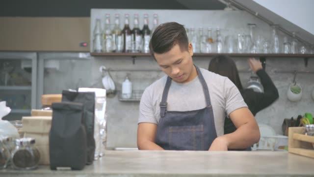 man eller servitör betjänar kund på coffee shop - servitör bildbanksvideor och videomaterial från bakom kulisserna