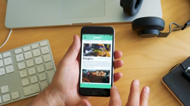 vídeos de stock e filmes b-roll de man orders food with app on smartphone - e commerce