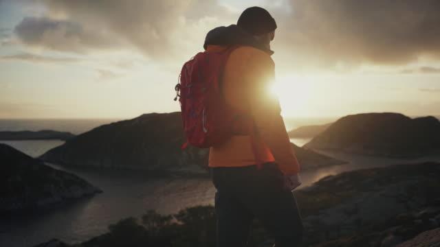 vidéos et rushes de aventures en plein air d'homme : randonnée en norvège, sur la montagne par un fjord - barbe