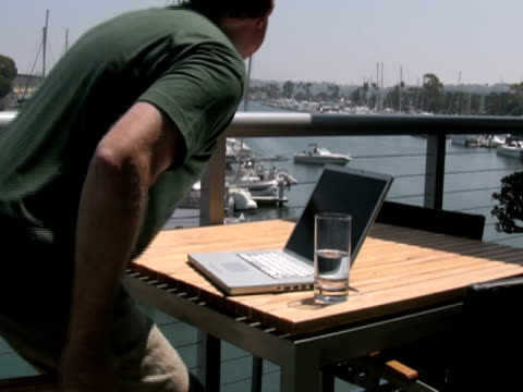 vídeos de stock, filmes e b-roll de homem trabalhando no laptop do lado de fora: se comunicam com passando por barco - passar a frente