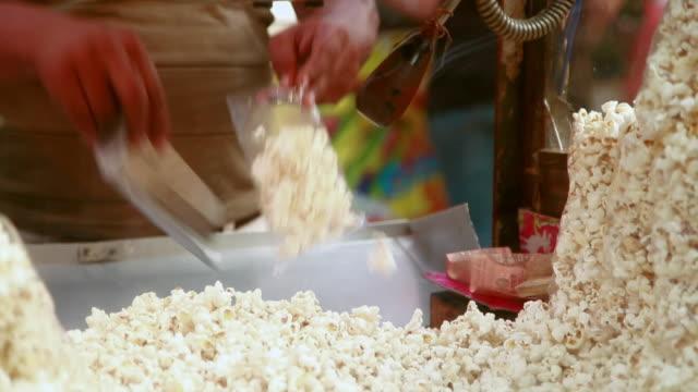 vídeos y material grabado en eventos de stock de man packing popcorn, delhi, india - palomitas