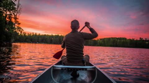 vídeos y material grabado en eventos de stock de hombre remando una canoa al atardecer - pov - sweden